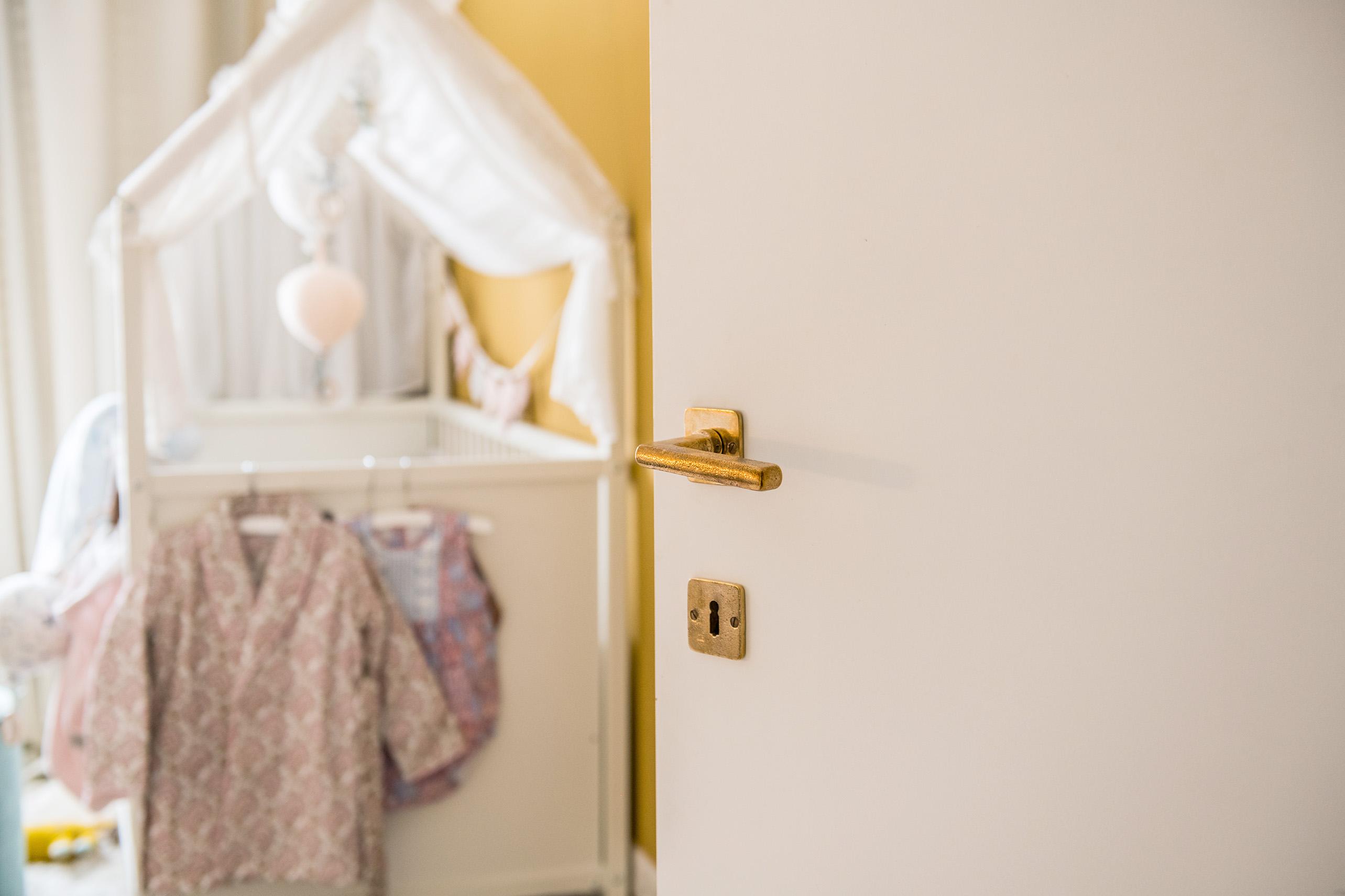 Kinderkamer bij Valerie Brems met deurbeslag in Ruw Brons Gepolijst