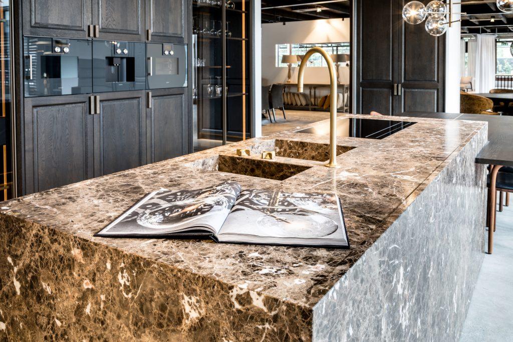Marmeren keuken met Dauby deurbeslag in Ruw Brons - Lommers Meubelen