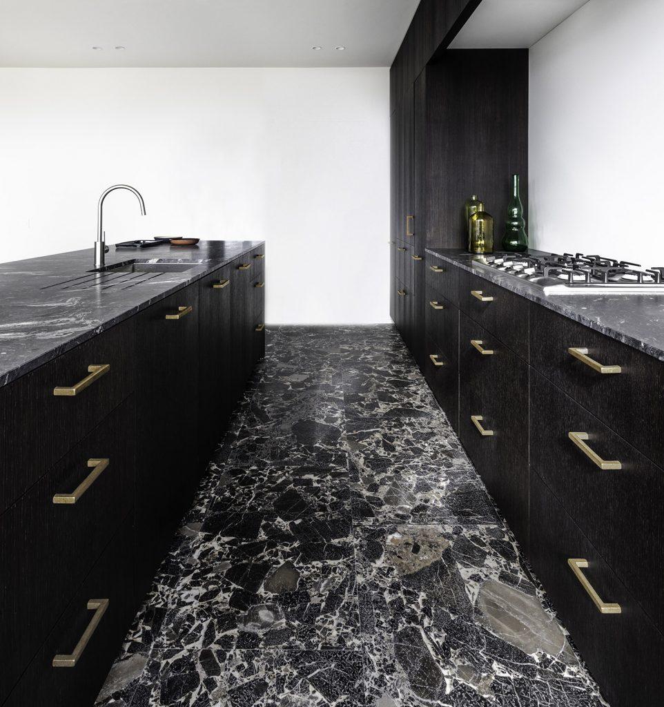 Serge Anton - keuken met meubelbeslag in brons