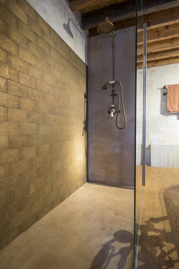 Bronzen tegels in douche van Dauby