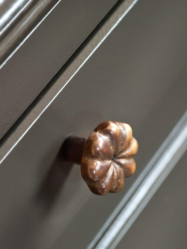 Patineren van meubelbeslag in Donker Brons